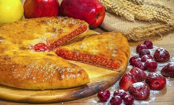 Pie with pear, strawberry, cherry and apples - 3piroga.ua